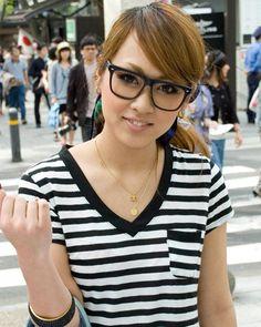 ◆美人スナップ|百井まきさん|D&G(時計)マークバイマークジェイコブス(バッグ) http://www.bijin-snap.com/2010/05/08/no-69/ #百井まき #Maki_Momoi #girl_with_glasses #glasses #woman_with_glasses