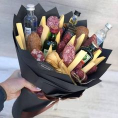 Wonderful Photographs Only a bouquet of men What& going on here anyway Style presents for guys who have every thing,gifts for guys diy Xmas presents for men,leather gifts for m Diy Gifts, Great Gifts, Diy Presents, Man Bouquet, Food Bouquet, Bouquet For Men, Ideias Diy, You Are The Father, Gift Baskets