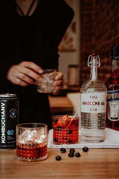 Un mélange de Gin, d'Apérol et de Kombuchanv pour savourer un cocktail idéal entre chum. Gin, Chum, Aperol, Vodka Bottle, Cocktail, Drinks, Food, Grasses, Drinking
