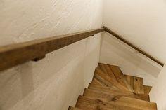 階段には2階の床材と同じフレンチパインを使用。手すりも無垢材で作ったもの。