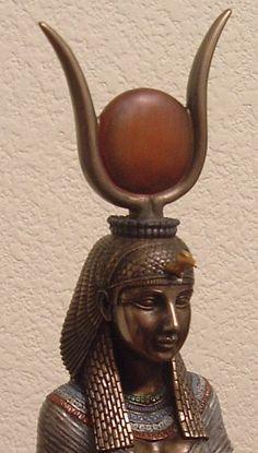 Hathor est la déesse égyptienne de l'amour, la beauté, la musique, la maternité, la fête & la joie. Elle est représentée sous les traits d'une vache, ou d'une femme coiffée d'une couronne composée d'un disque solaire reposant entre des cornes de vache. Elle est vénérée dans la ville de Dendérah où un temple lui est consacré, et elle est associée au dieu faucon Horus dans la ville d'Edfou.
