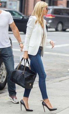Blazer branco, camisa branca, skinny jeans, escarpins pretos, bolsa preta