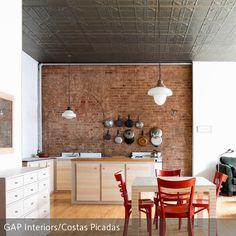In dieser Küche wurden hauptsächlich Möbel und ein Bodenbelag aus Holz ausgewählt. Die Backsteinwand ist der Hingucker des Raumes und wird gekonnt als…