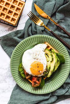Bezglutenowe gofry jaglane z awokado i jajkiem sadzonym Avocado Egg, Avocado Toast, Eggs, Breakfast, Food, Instagram Posts, Morning Coffee, Eten, Egg