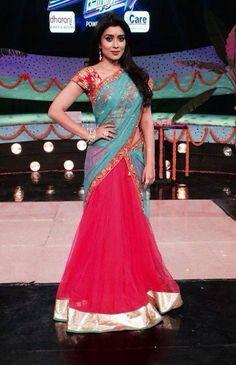 Actress Shriya Saran looking very indian in Shilpa Reddy Lehenga