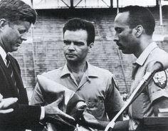 """1962. 29 Décembre. john f kennedy. Miami. Le président Kennedy reçoit le drapeau des exilés de Cuba (Brigade 2506) à Miami le 29 décembre 1962 et déclare : """"Je promets de rendre ce drapeau à une Havane libre."""" Kennedy avait été mal informé des détails exacts de l'invasion cubaine projetée"""