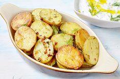 Este o reteta simpla si ieftina, pe care oricine o poate prepara. Cartofii pregatiti astfel sunt gustosi si nu trebuie sa ma rog de nimeni sa termine din farfurie. Sunt rumeni si aromati. Chow Mein, Tzatziki, Sprouts, Picnic, Potatoes, Vegetables, Food, Pineapple, Potato