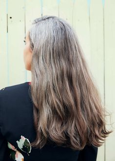 Going Gray? Everything You Need to Embrace Your New Hair Color. Grey Hair Don't Care, Long Gray Hair, Silver Grey Hair, White Hair, Pelo Color Plata, Grey Hair Inspiration, Curly Hair Styles, Natural Hair Styles, Gray Hair Growing Out