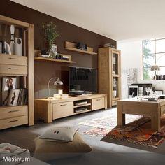 Stylisch aber trotzdem gemütlich ist dieses Wohnzimmer im natürlichen Look. Die Möbel wurden aus Holz gefertigt und erzeugen zusammen mit der braun…