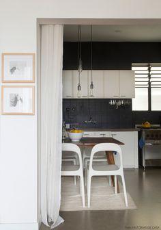 Azulejos pintados de preto renovam e modernizam o visual da cozinha. Veja o apê completo em www.historiasdecasa.com.br #todacasatemumahistoria