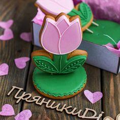 """Имбирные пряники """"8 Марта"""" Mother's Day Cookies, Valentines Day Cookies, Fancy Cookies, Ginger Cookies, Easter Cookies, Cupcake Cookies, Flower Sugar Cookies, Flower Cupcakes, Cookie Frosting"""