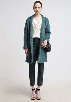 Deze kleur jas hebben we nog niet voorbij zien komen, maar wauw wat is hij mooi! Komt deze jas je bekent voor? Dat kan want het is dezelfde als de roze MAX&Co jas die hier eerder geplaatst is! Psst, ze hebben hem ook nog in een gave ice kleur. #uitverkoop #40procentkorting #damesmode #winterjassen #kopen Normcore, Style, Fashion, Swag, Moda, Fashion Styles, Fashion Illustrations, Outfits