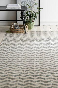 Bomuldstæppe med dejlig retrostil. Printet mønster. Str. 140x200 cm. For øget sikkerhed og komfort bruges skridsikkert underlag, som holder dit tæppe på plads. Skridsikkert underlag findes i flere forskellige størrelser.