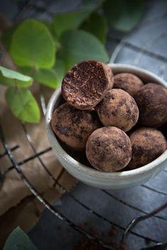 Brownie Bites aus Haselnüssen, Haferflocken und Datteln - ein gesunder Power-Snack.