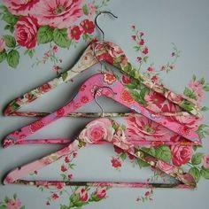 cintres décorées avec des serviettes en papier                              …