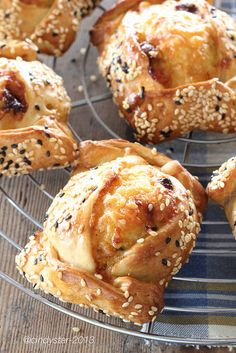 Cindystar: Flaounes - Focaccine al formaggio - Cypriot Easter Bread Greek Easter Bread, Greek Bread, Greek Pita, British Bake Off Recipes, Great British Bake Off, Turkish Recipes, Greek Recipes, Greek Meals, Cyprus Food