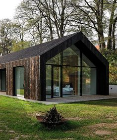 one-story family house in czech republic by ateliér kunc is covered with charred larch Das einstöckige Familienhaus in der. Facade Architecture, Amazing Architecture, Modern Barn House, Long House, House Paint Interior, Shed Homes, River House, House Painting, Future House