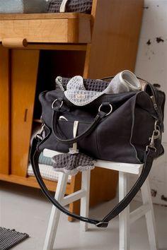 Die Koeka Wickeltasche Lugano ist auch in Anthrazit erhältlich. Das Leder ist super weich und angenehm! Erhältlich bei www.kleinefabriek.com