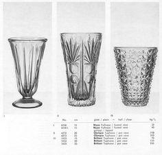 Lausitzer Glas 1969 Pressglas Musterbuch handgetrieben - verwärmt - offhand glass - fire-polished S.80 glatt / plain - hell / clear Vase Brillant Topfvase / pot vase III Nr. 5433 15cm, 5434 20cm, 5435 25cm Cool Typography, Vases, Shot Glass, Pattern, Vintage, Art, Pattern Books, Glass Vase, Art Background