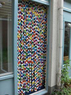 Haz cortinas y todo tipo de manualidades reciclando tapas de plástico ~ cositasconmesh
