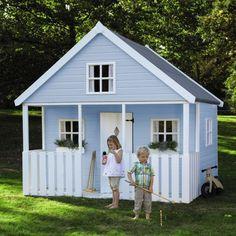 cabane bleue pour enfants sur la pelouse verte