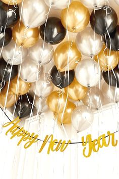 Cheap New Year's Eve Party Decorations That Look Expensive Silvester-Party-Dekorationen New Year's Eve Celebrations, New Year Celebration, New Years Decorations, Christmas Party Decorations, 1920s Party Decorations, Decoration Party, Graduation Decorations, Christmas Decor, Christmas Toys