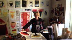 Lucia Pescador ha disegnato l'abito qui nella sua casa-studio. Dietro di lei c'è un albero rosso che aveva bisogno di essere accudito, innestato, concimato...parlato...allora è nato l'Abito del potatore di Alberi.
