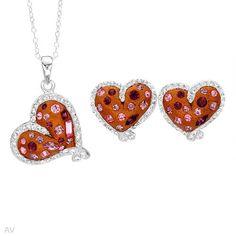 """Nydelig smykkesett i 925 Sterling sølv til dame som inneholder kjede, anheng og øredobber. Smykkene er belagt med emalje og krystaller Øredobber: Bredde: 16 mm. Total lengde: 15 mm. Total vekt: 4,7g. Anheng: Bredde: 20 mm. Lengde: 26 mm. Total vekt: 4,6 g. Kjede: Total lengde: 45,7 cm / 18"""". #smykkesett #smykker #sølv #hjertesmykker #hjerter #kjede #anheng #øredobber #zendesign Earrings, Jewelry, Design, Fashion, Ear Rings, Moda, Stud Earrings, Jewlery, Jewerly"""