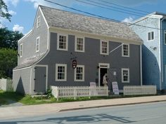 1 of 12 houses built in to encourage a group of Nantucket Quakers to relocate it's whaling industry to Dartmouth after the US Independence. Dartmouth Nova Scotia, Traditional Paint, Parks Canada, Port Royal, Atlantic Canada, Canadian History, New England Style, Prince Edward Island, New Brunswick