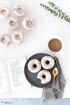 Mit dieser Technik ist es ganz einfach trendige Donuts im Marmor-Look zu kreieren. Da sie auch verführerisch nach Zitrone schmecken, kann keiner widerstehen