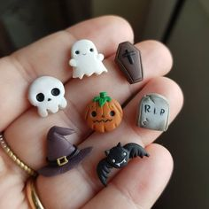 Is it still early to think of halloween? This scary studs set is already available on etsy, so you can receive it on time! Polymer Clay Kunst, Polymer Clay Kawaii, Fimo Clay, Polymer Clay Projects, Polymer Clay Charms, Polymer Clay Jewelry, Clay Crafts, Polymer Clay Painting, Polymer Clay Creations