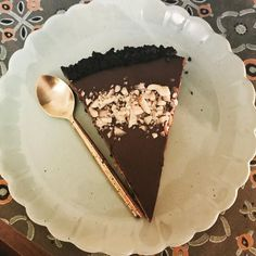 I made a few tweaks to the Vegan Salted Chocolate & Peanut Butter pie & its better than ever! Also added a ring of peanuts to the top so you can tell its vegan
