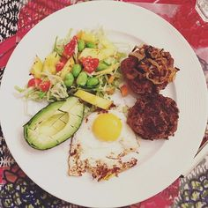 Sidder og planlægger NYC-turen med min mor - og spiser den her tallerken guf 😍 #fitfamdk stektlök burgare burger vegoburgare vegobiffar avokado stektägg vitkålssallad edamame sojabönor sallad LCHQ