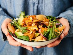 Ruokaisa salaatti syntyy rapeaksi paistetun tofun, happaman verigreipin, pehmeän avokadon ja rouskuvien suolapähkinöiden yhdistelmästä.