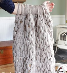 All you need to make a chunky knit blanket for beginners with knitting blankets with arms, free tutorials, where to buy giant yarn, jumbo needles and more! Finger Knitting, Arm Knitting, Knitting Patterns, Crochet Patterns, Knitting Ideas, Finger Crochet, Homemade Gifts, Diy Gifts, Crochet Diy