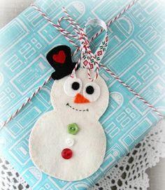 Decorar regalos de Navidad con muñeco de nieve en fieltro » http://diciembrenavidad.com/decorar-regalos-de-navidad-con-muneco-de-nieve-en-fieltro/ #Manualidades #Navidad