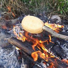 Voor als je geen geduld hebt voor het bakken van broodjes van vers brooddeeg boven het kampvuur: afbakbroodjes doen het ook prima! Leuk idee voor een kinderfeestje. - Het keukentje van Syts