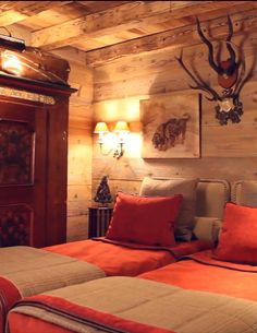 Eden Luxury Homes I Luxury villas and chalets rentals Chalet Design, Mountain Bedroom, Chalet Interior, Log Cabin Homes, Cabins And Cottages, Guest Bedrooms, Guest Room, Cozy Cabin, Beautiful Bedrooms