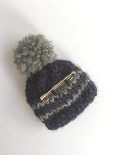 ボーダーポンポン帽子ブローチ