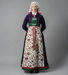 Bilde av Blomstrete forkle Viking Clothing, Folk Clothing, Spring Outfits Women, Folk Costume, Traditional Dresses, Bridal Dresses, High Waisted Skirt, Mittens, Street Style
