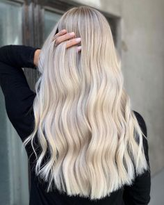 White blonde mane with a touch of icy blonde make the perfect winter hair Light Blonde Hair, Icy Blonde, White Blonde, Brown Blonde, Blonde Brunette, Winter Hairstyles, Cool Hairstyles, Perfect Curls, Hair Videos