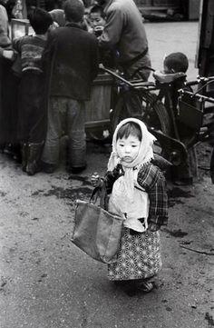 Tanuma Takeyoshi 田沼 武能Preparing for shopping, Tokyo - Japan - 1955