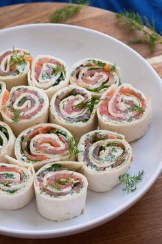 salmon and cream cheese rolls- Lachs-Frischkäse-Röllchen Salmon cream cheese-Rllchen. For this recipe … - Party Finger Foods, Snacks Für Party, Tv Snacks, Tapas, Cream Cheese Rolls, 15 Minute Meals, Brunch Party, Salmon Recipes, Food Inspiration