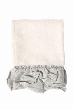 BORGO DELLE TOVAGLIE towel 4060  BORGO DELLE TOVAGLIE towel 4060 6696 2016SS イタリアボローニャにて2005年に誕生したインテリアレーベルボルゴ デレ トヴァーリエ ヨーロッパの感度の高い人々を中心に注目を集めているハンドクラフトの手法を生かしたプロダクトの数々 デザイナーのValentina Muggiaが発表するコレクションと独創的な空間づくりはインテリアの枠組みを超えてファンションやライフスタイルにも強い影響を与えています 商品の特性上繊細な生地を使用しております お取扱いは各製品の洗濯表示に従ってご使用ください こちらの商品は実店舗ではメゾンイエナ自由が丘店のみのお取扱いとなります
