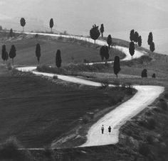 Gianni Berengo Gardin - Inspiration from Masters of Photography Street Photography, Art Photography, Fotojournalismus, Willy Ronis, Siena Italy, Tuscany Italy, Winding Road, Expositions, Art Graphique