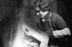 Peggy Hyland welding in a shell factory in 1943