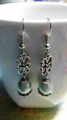 Boucles d'oreilles pendantes style ancien vert eau : Boucles d'oreille par miss-perles