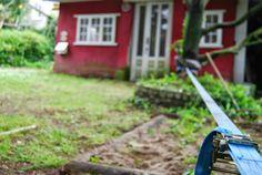 Cómo mantener a los niños entretenidos en el jardín o en un parque haciendo equilibrios con una cinta de camión y un par de árboles!!  How to keep your kids entertained outdoors like  tightrope just with a truck tape