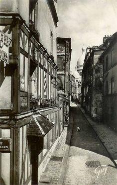 La rue Saint-Rustique pratiquement déserte, à part quelqu'un avec son chien, vers 1950. Paris Pictures, Vintage Pictures, Old Pictures, Montmartre Paris, Old Paris, Vintage Paris, Old Photography, Amazing Photography, Across The Universe