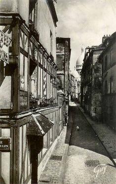 La rue Saint-Rustique pratiquement déserte, à part quelqu'un avec son chien, vers 1950.